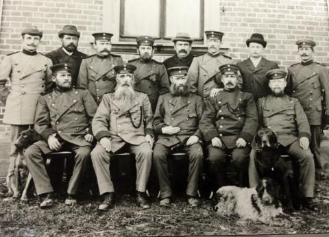 Forstmannschaft mit Fuhrleuten 1905